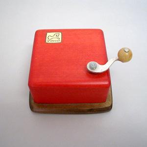 写真:赤い手回しオルゴール(販売終了)