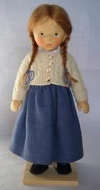 サムネイル:みつあみに紺のスカートの少女