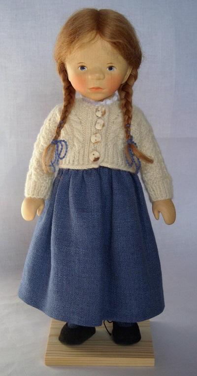 写真:みつあみに紺のスカートの少女