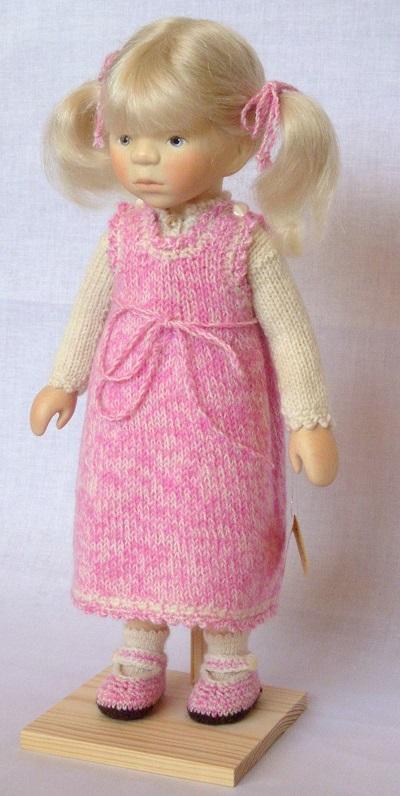 写真:ピンクのニットの女の子