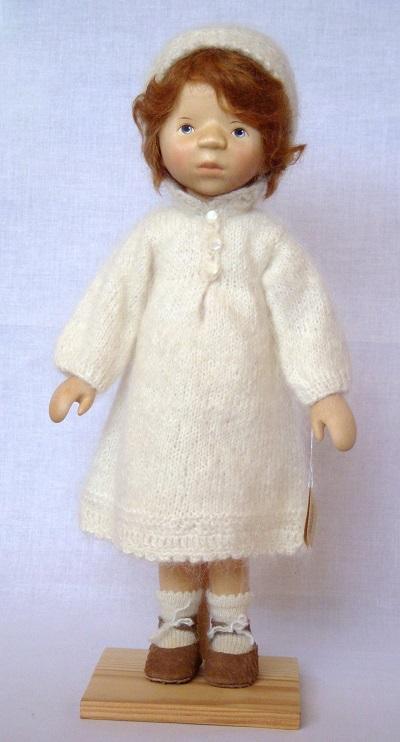 写真:白いニットワンピースの少女