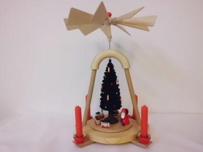 写真:クリスマスピラミッド 歩くサンタと大きなツリー