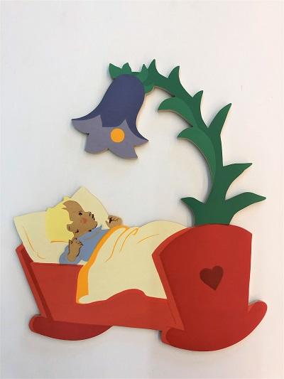 写真:壁掛 赤ちゃんとベッド